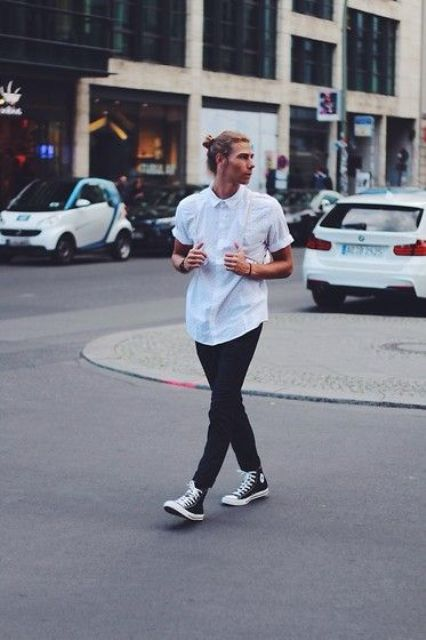 black jeans, a white shirt with short sleeves and black Converse