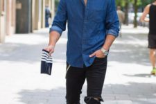 06 black ripped denim, a chambray shirt and white sneakers