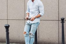 07 ripped blue jeans, a light blue shirt and white sneakers
