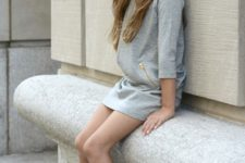 08 black sneakers, a grey casual dress with half sleeves