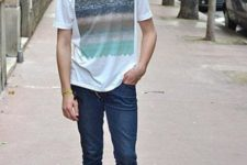 08 dark denim, a printed t-shirt and grey Converse