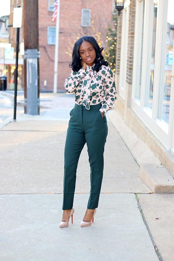 gorgeous spring work outfit with emerald pants, a botanical print shirt, blush heels