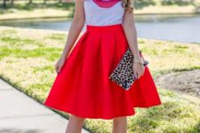 08 red knee-length skirt, a printed kiss t-shirt and heels