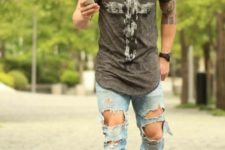 09 destroyed denim, a cool printed t-shirt and grey sneakers