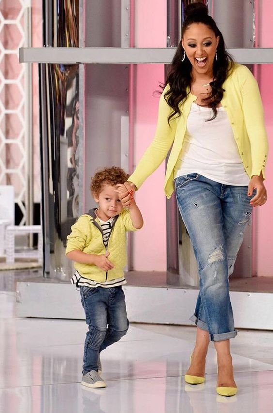 ripped jeans, t-shirts, yellow cardigans and sneakers and yellow shoes for the mom