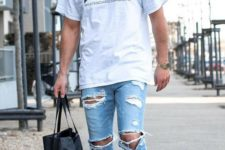 10 ripped blue jeans, a printed t-shirt and white trainers
