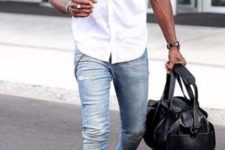 11 light blue jeans, a white shirt and white sneakers