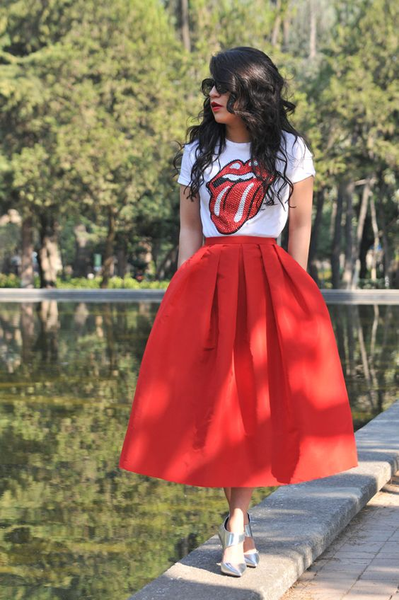 metallic heels, a midired skirt and a printed tee