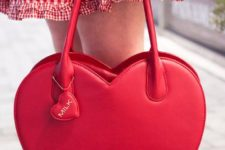 16 red heart-shaped tote