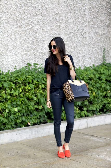 With black shirt, jeans and printed big bag