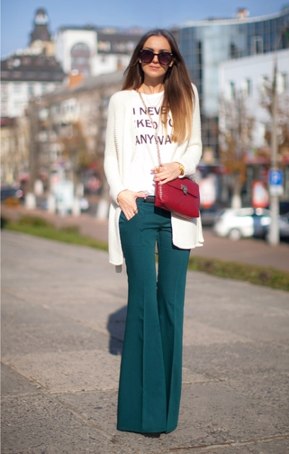 With slogan shirt, white long blazer and crossbody bag