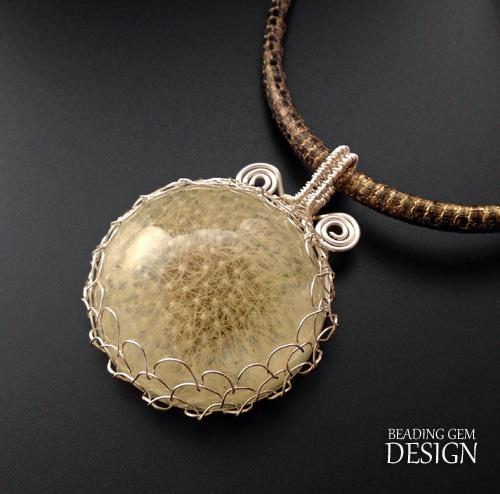 DIY real flower resin jewelry (via www.beadinggem.com)