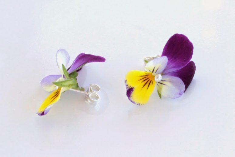 DIY fresh flower earrings (via www.bitsquareblog.com)