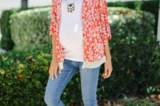 06 light blue skinnies, a white t-shirt, a printed coral shirt and flats