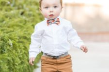 07 ocher pants, a white shirt, a checked bow tie and black sneakers