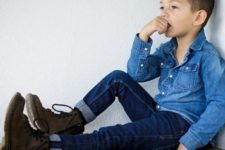09 navy jeans, a chambray shirt and brown boots