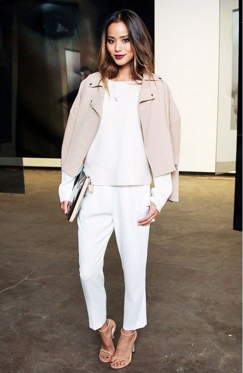 cozy office look with white pants, a sweatshirt, nude heels and a blush leather jacket
