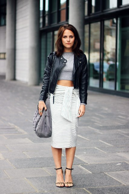 Work outfit with gray crop top, black leather jacket, gray bag and sandals