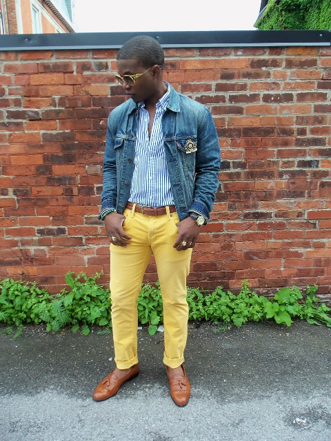 With printed shirt, denim jacket and brown shoes