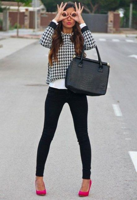 With printed shirt, skinny pants and big bag