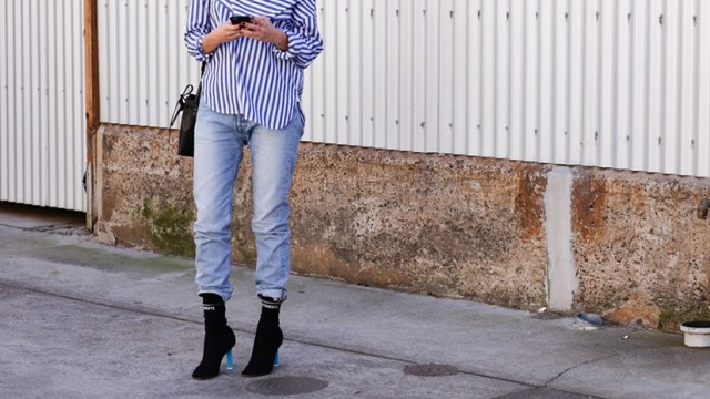 With striped loose shirt, jeans and black bag