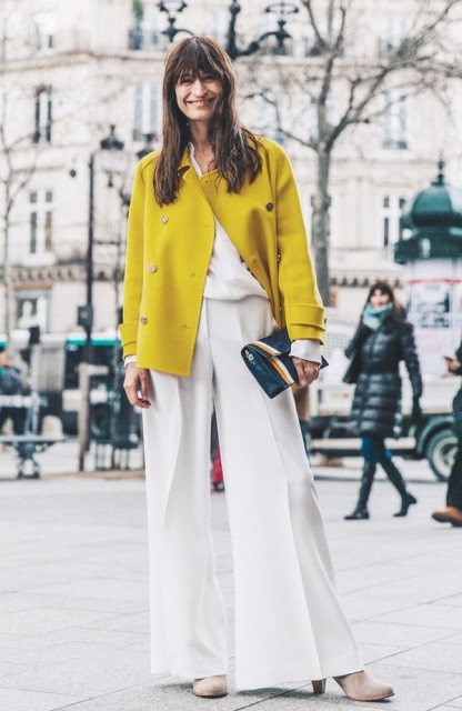 Yellow office look with a white blouse, wide-leg trousers and clutch