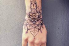 02 a flower mandala on the wrist and hand