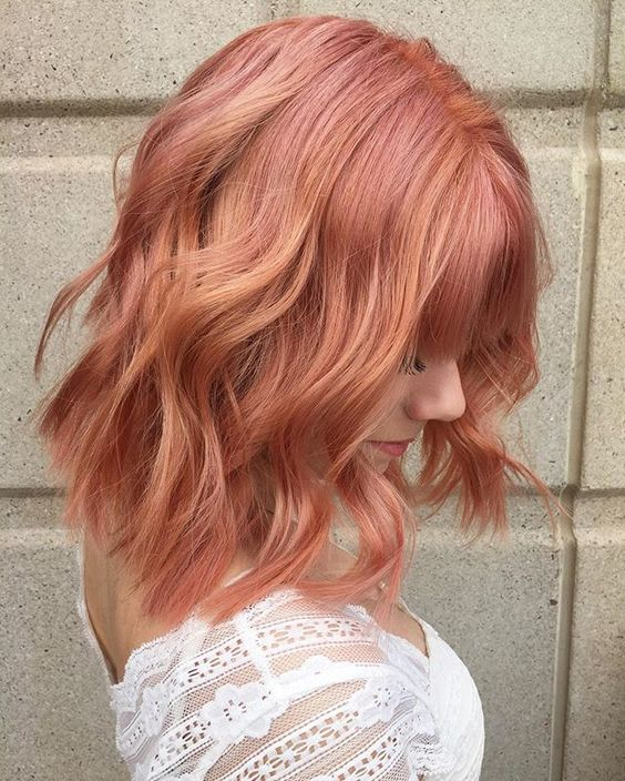 blorange hair of medium length with waves