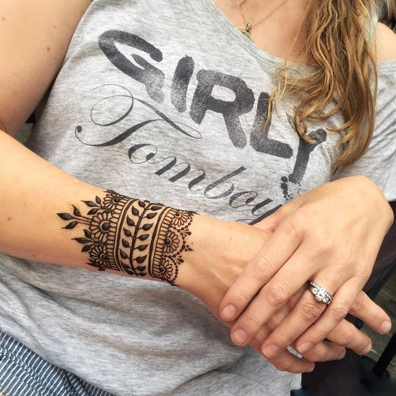 patterned and lacey wrist cuff looks very girlish and cute