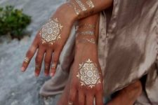 08 stunning gold henna tattoos on the hands, wrists and fingers