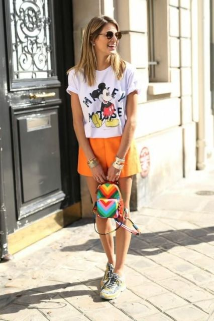 With printed t-shirt, sneakers and colorful mini backpack