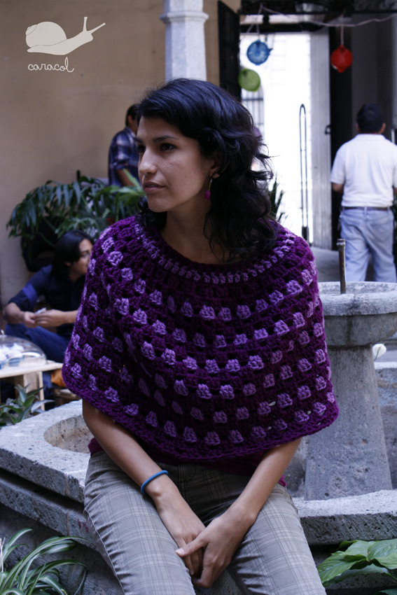 DIY granny poncho with a free pattern (via caracoloax.blogspot.ru)