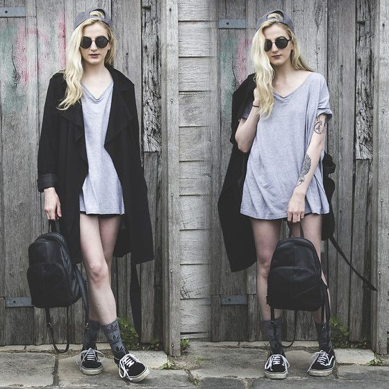 3063a925 a grey oversized tee, a black long coat, black Vans and a backdpack