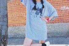 04 a grey printed t-shirt, a cap, white sneakers for a boyish look