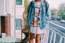 06 an oversized bold print t-shirt, a denim jacket, black Converse for a 90s inspired look