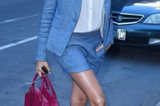 07 grey shorts suit, a white shirt, pumps and a fuchsia bag