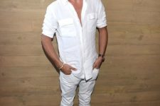 11 a white shirt with pockets, white jeans and blue velvet shoes
