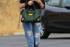 11 an oversized black tee, ripped boyfriend jeans, grey heels and a green bag