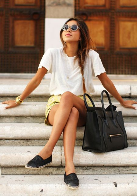 With white loose t-shirt, black moccasins and black bag