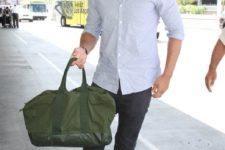 03 black jeans, a light blue shirt, white sneakers and a green handbag