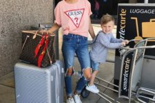 04 distressed jeans, a pink t-shirt and white sneakers for a cool airport look