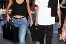 05 black jeans, a white tee and white sneakers – no one needs more for comfort