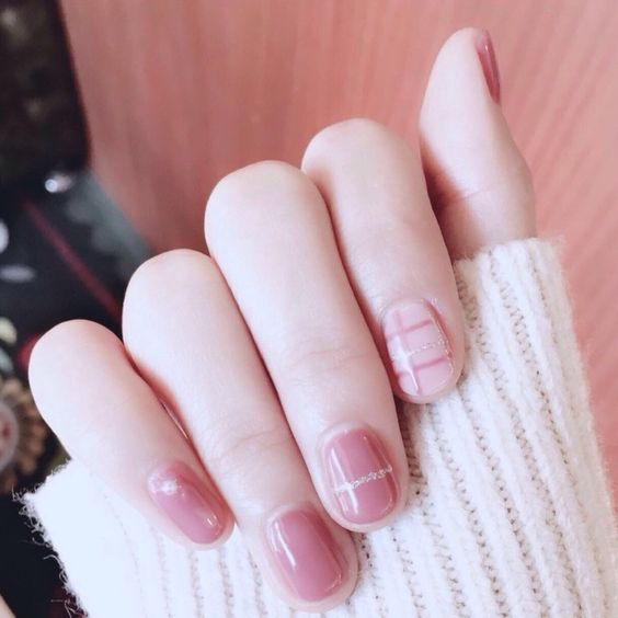 muted pink nails with glitter striped for a cool grilish feel