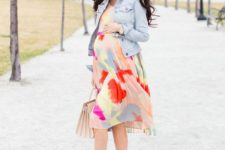 07 colorful abstract print knee dress, pink shoes and a denim jacket for a girlish look