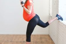 08 cropped black leggings, an orange t-shirt and blue chucks for an indoor workout
