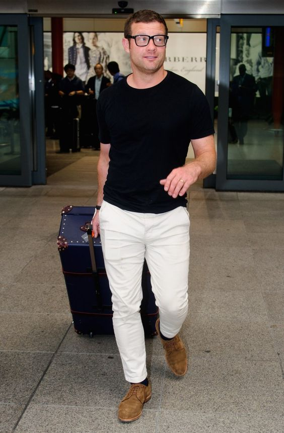 white jeans, a black t-shirt and brown suede shoes