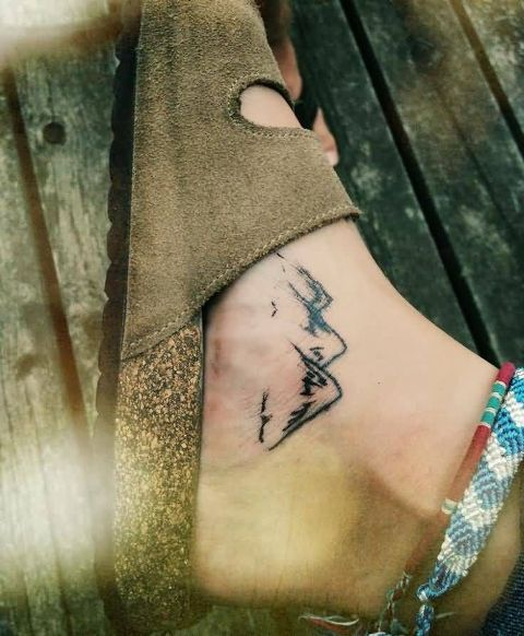 Black-contour tattoo on the foot