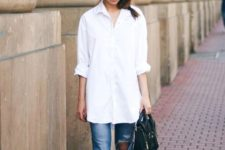 02 a straight white shirt with cuffed sleeves, ripped jeans and nude shoes for a comfy casual look