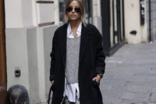02 ripped jeans, a grey sweater, a white shirt, whit sneakers and a black coat