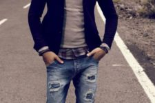 05 relaxed look with distressed denim, a black blazer, a sweater over a plaid shirt and grey sneakers